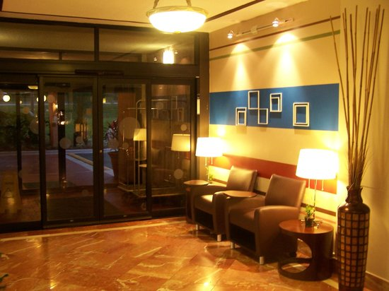 Quality Inn & Suites-Capital District: Cool Lobby