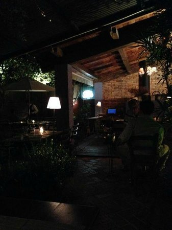 Constantino Cafe : Charming and cozy back yard