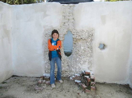 Kingsley Plantation: Fireplace n notice sea shells.  Hole in wall is for slaves guns while at war...interesting