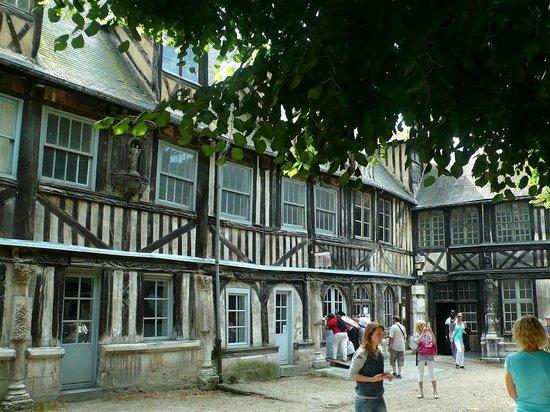 Aître Saint-Maclou : Aître St-Maclou: Rouen: Francia: scorcio struttura