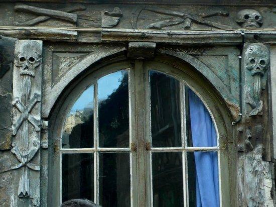 Aître Saint-Maclou : Aître St-Maclou: Rouen: Francia: decorazioni su finestra