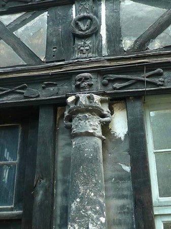 Aître Saint-Maclou : Aître St-Maclou: Rouen: Francia: colonna con teschi e ossa