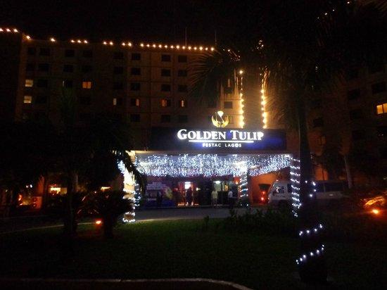 Golden Tulip Festac Lagos: Entrée de l'hôtel