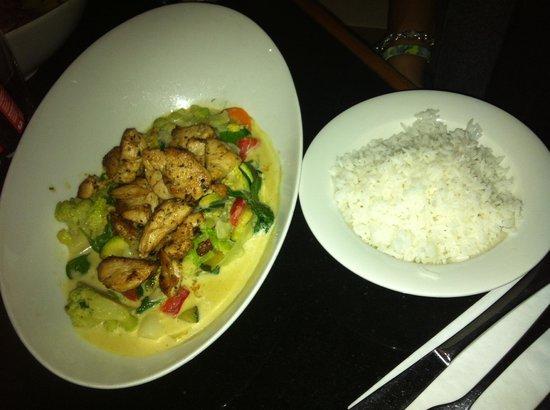 KULISSE Theater-Restaurant: chicken with white rice