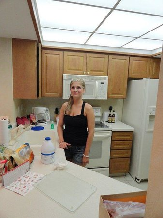 Pointe Estero Beach Resort: kitchen in room