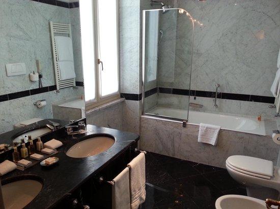 Hotel Splendide Royal: バスルーム