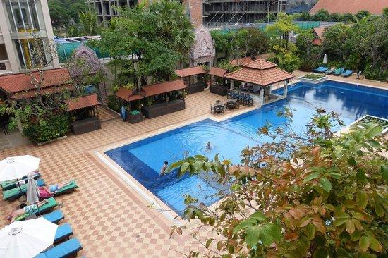 Hotel Somadevi Angkor Resort & Spa: Pool from room