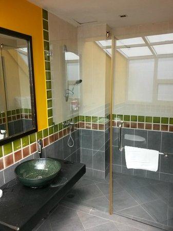 Oasis Inn Bangkok Hotel: bathroom area