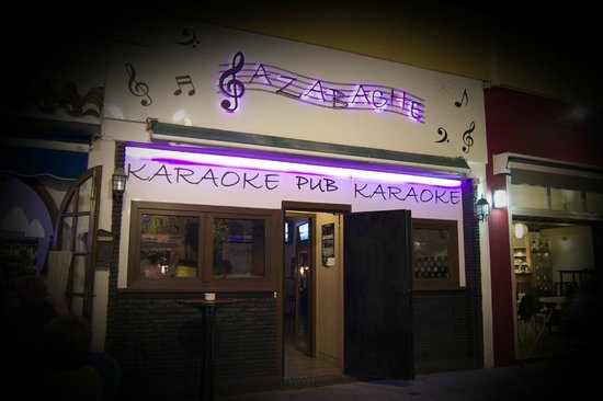Azabache Karaoke Bar: Nuestra fachada, a pocos metros del Paseo Maritimo