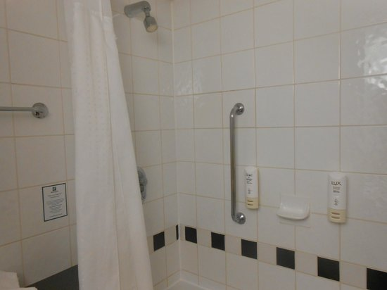 Crowne Plaza London - Kings Cross: shower over bath...clean n tidy