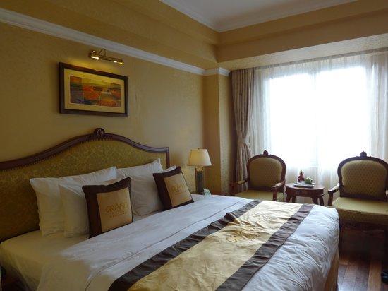 Grand Hotel Saigon: Our bedroom