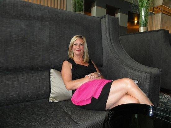 Knokke-Heist, Belgium: Comfortabele zitbanken in de hotellobby