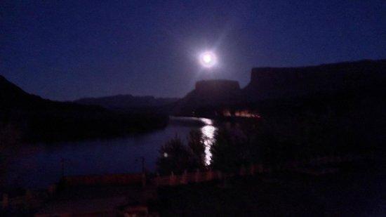 Red Cliffs Lodge: Clair de lune sur le Colorado depuis la salle à manger