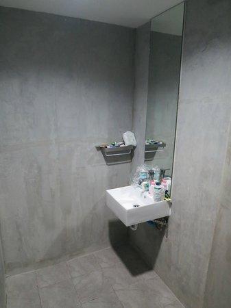 63 Bangkok Boutique Residence Ekamai: Concrete bathroom walls
