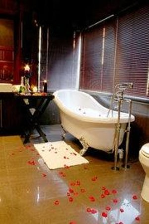 Lord's Signature Hotel: Deluxe Bathroom