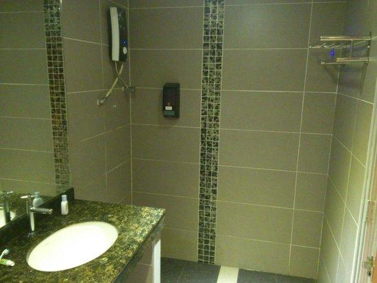E Hotel : Spacious bathroom