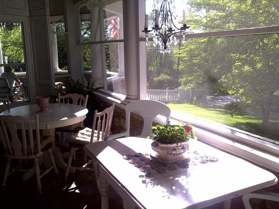 Hilltop House  Bed & Breakfast: Breakfast porch