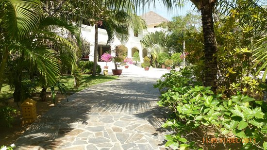Allezboo Beach Resort & Spa: Shaded pathway