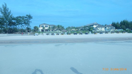 Allezboo Beach Resort & Spa: View of hotel from beach at low tide