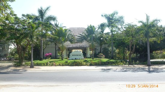 Allezboo Beach Resort & Spa: Hotel entrance from main road