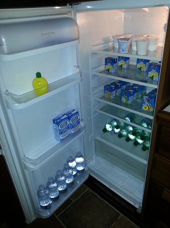 La Luna nel Pozzo : Frigo: Yogurt, the e succhi di ogni gusto e bottigliette d'acqua a volontà