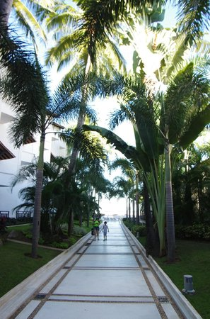 Buenaventura Grand Hotel & Great Moments All Inclusive: walkway
