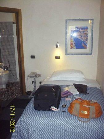 Hotel Scalzi: кровать