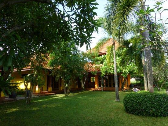 Thaidaho Vista Resort: Haus und Garten, rechts oben das Vista-Zimmer