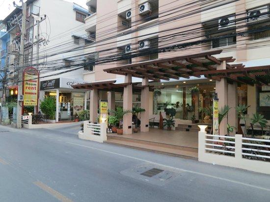 KV Mansion: Hotel and parking entrances