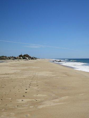 Gecko Rock Resort : a walk down the beach
