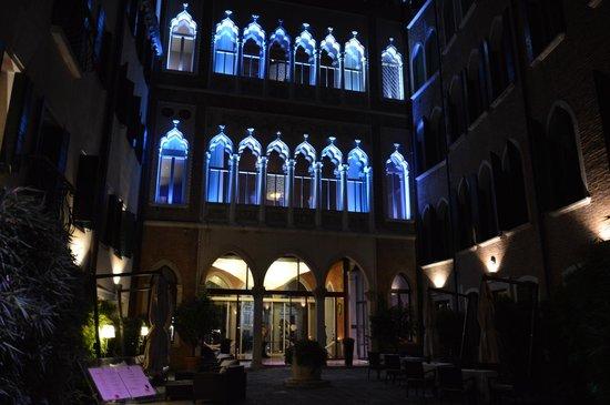 SINA Centurion Palace: l'entrée de l'hôtel la nuit