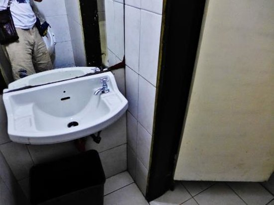 Garden Hotel : Washroom at the real