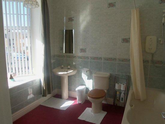 Burlington Quays: En Suite Bathroom