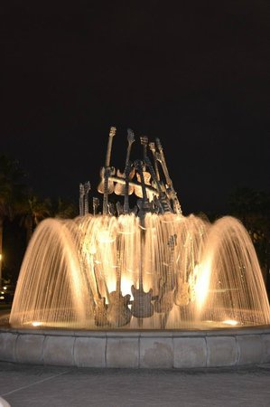 Hard Rock Hotel at Universal Orlando : Fountain at entrance