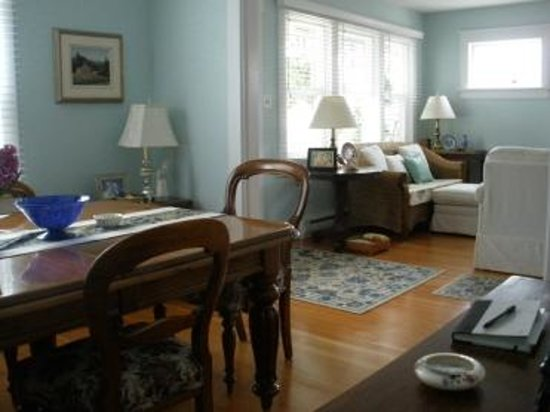 Timeless Rose Bed & Breakfast: Bright and light sitting and dining room
