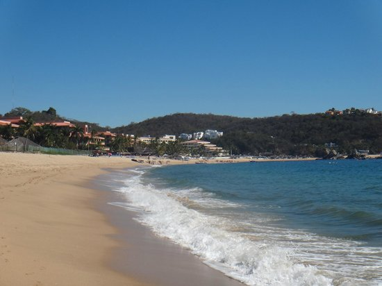 Dreams Huatulco Resort & Spa: walk along the beach