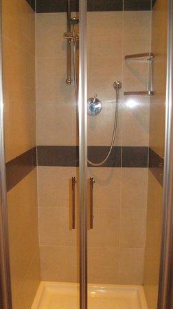 Hotel Paris: душ отдельно  от ваанной, при входе в номер