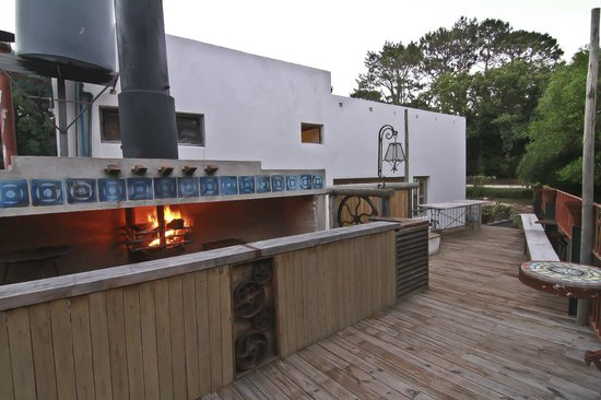 Hostel Punta Ballena Bar: Deck con parrillero