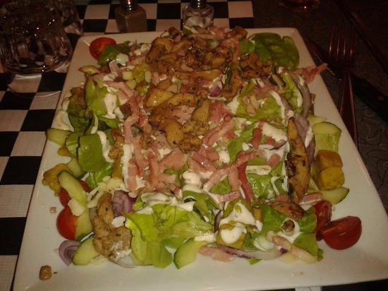 Tarbes, Frankrike: enorme salade la meilleure que j'ai mangé