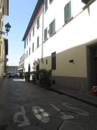 Calle de entrada al hotel Vasari Palace