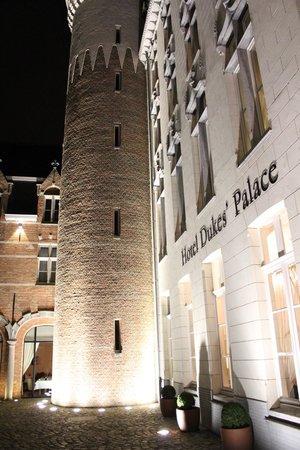 Hotel Dukes' Palace Bruges: Hotel at night