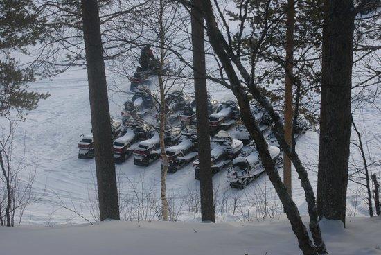 Lapland Hotel Hetta: motoneiges vues de la chambre