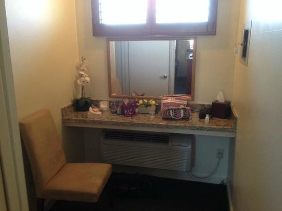 Brisas Del Mar, Inn At The Beach: Vanity outside bathroom