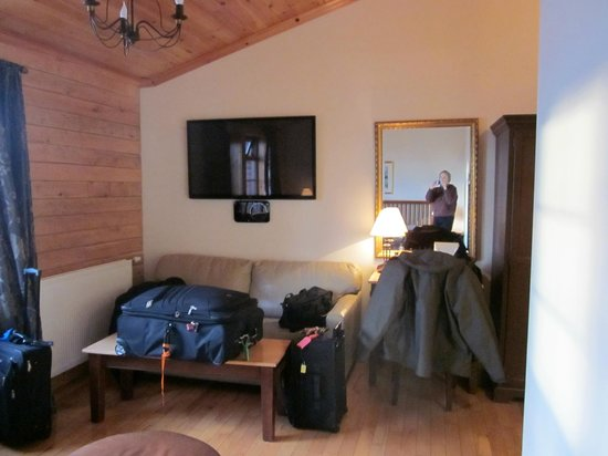 Hotel Ranga : Deluxe room has sofa and desk (now covered by luggage!)