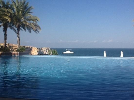 Shangri-La Al Husn Resort & Spa: Piscina con vista mare