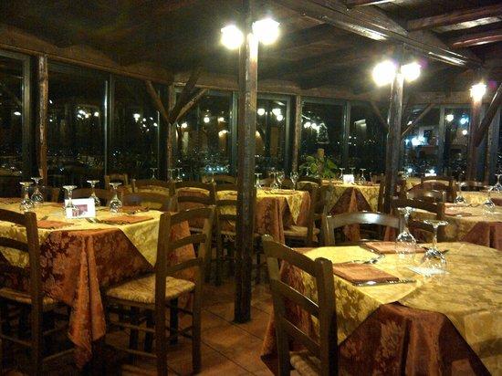 Al Rustico 2: I am the only one here at 7pm in Jan 2014 - 晚七点,偌大个餐厅空空荡荡,我们是唯一食客