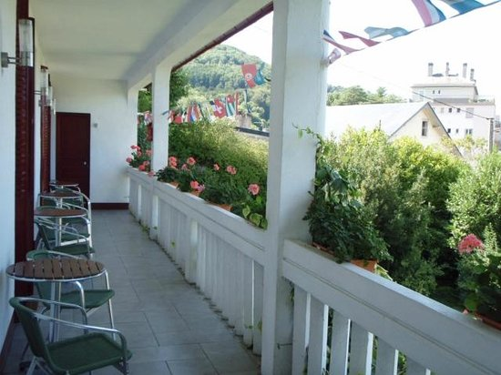Les Dix Arches : Long balcony with chairs and table outside each room