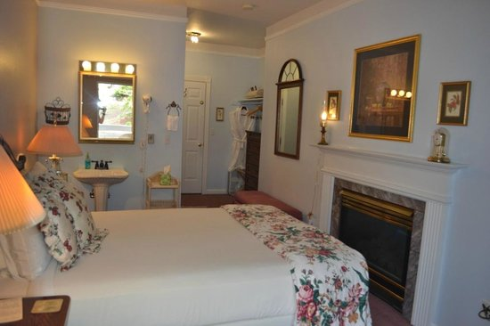Winter Park Chateau: queen room with gas fireplace and patio
