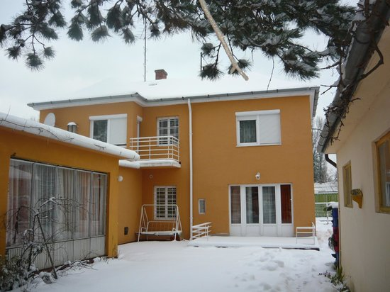 Youth Hostel Villa Benjamin: hostel in winter