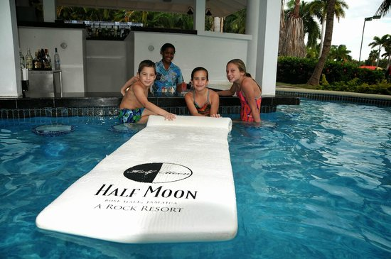 Half Moon : Swim up bar with Donnine